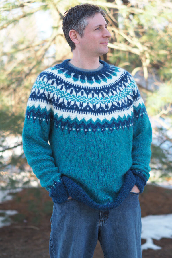 Man wearing Eldfell Pullover in turquoise